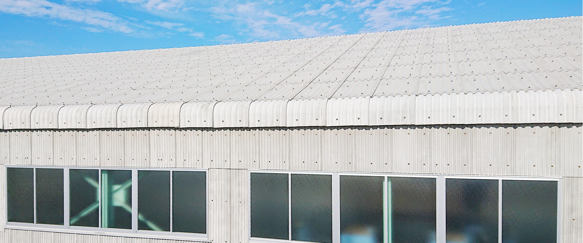 波形スレートは無石綿(ノンアスベルト)で環境に優しく耐久性に優れ丈夫で長持ち
